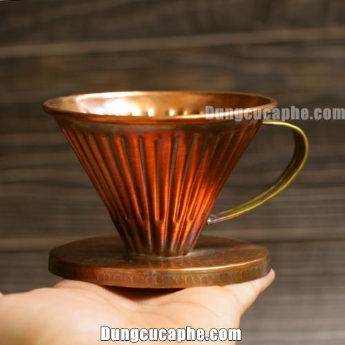Trên tay là chiếc phễu lọc cà phê coffee filter Pour Over Hammer Copper 01