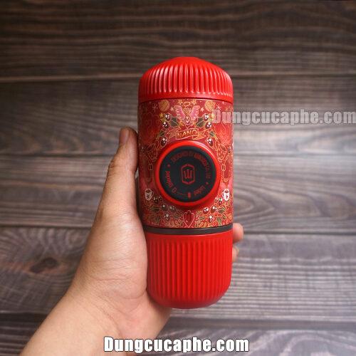 Trên tay là dụng cụ Espresso nhỏ gọn Nanopress màu đỏ