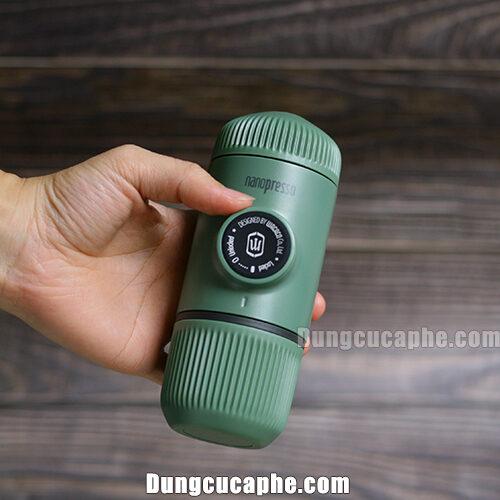 Trên tay là dụng cụ pha Espresso Nanopresso màu xanh