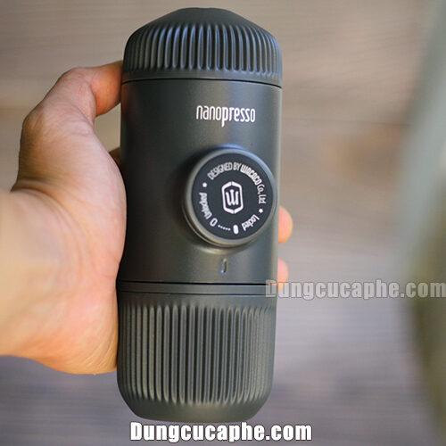 Trên tay là dụng cụ pha cà phê Espresso bằng tay Nanopresso nhỏ nhất thế giới
