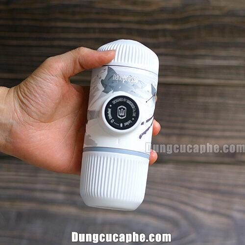 Trên tay là dụng cụ pha espresso Wacaco Nanopresso phiên bản mùa đông