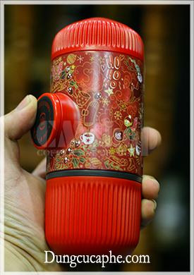 Trên tay là dụng cụ pha espresso bằng tay Nanopresso phiên bản giới hạn