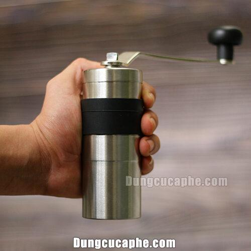 Trên tay là máy xay cà phê Porlex mini