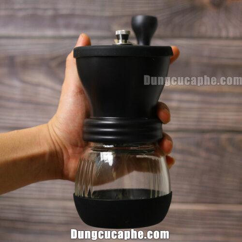 Trên tay là máy xay cà phê bằng tay đĩa gốm của Skerton Plus Hario