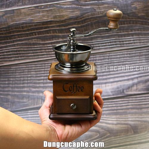 Trên tay là máy xay tay cà phê BE8521 Đài Loan
