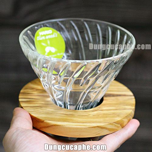 Trên tay là phễu lọc cà phê Hario Olive Wood VDG-02-OV