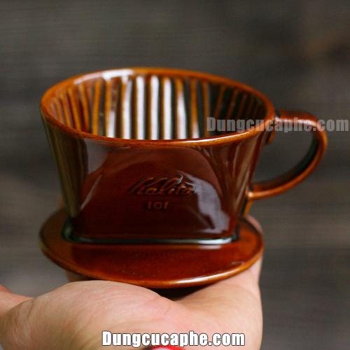 Trên tay là phễu lọc cà phê Kalita 101