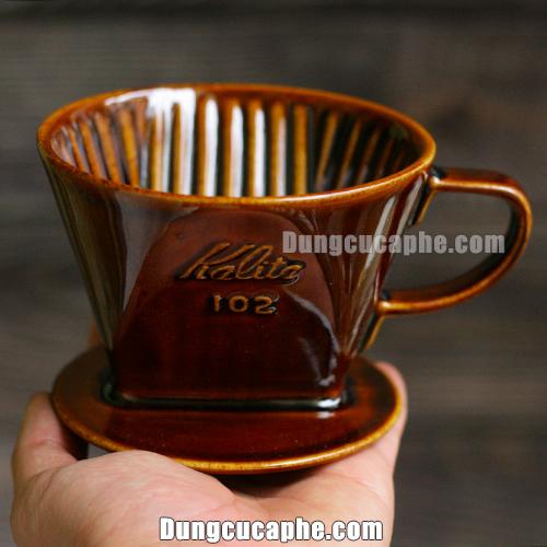 Trên tay là phễu lọc cà phê Kalita 102