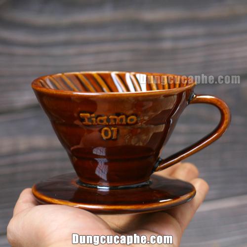 Trên tay là phễu lọc cà phê Tiamo nâu 01