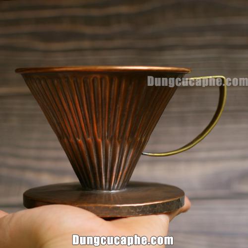 Trên tay là phễu lọc cà phê bằng đồng đỏ Hammer 02