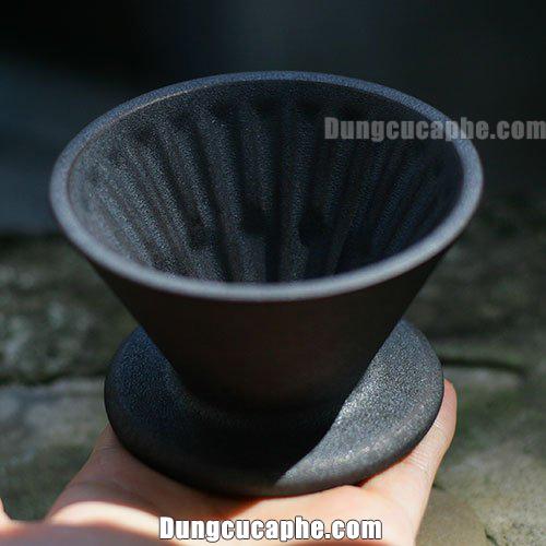 Trên tay là phễu lọc cà phê bằng gốm Timemore