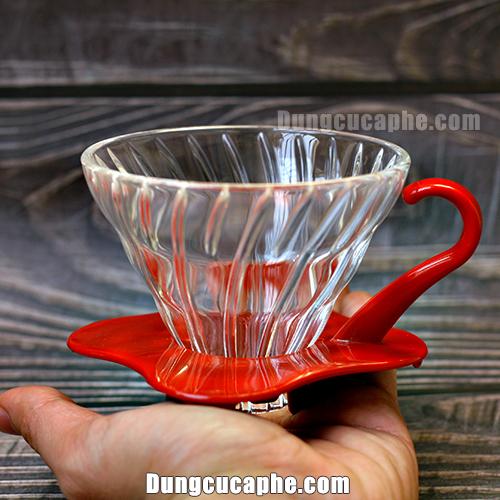 Trên tay là phễu lọc cà phê thủy tinh V60 Hario