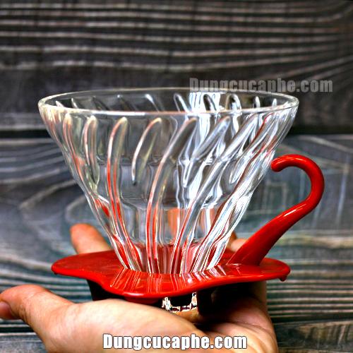 Trên tay là trước phễu lọc cà phê Drip thủy tinh của Hario