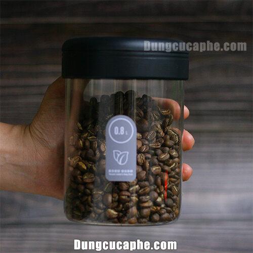 Trên tay là bình đựng bảo quản cà phê Timemore 800ml