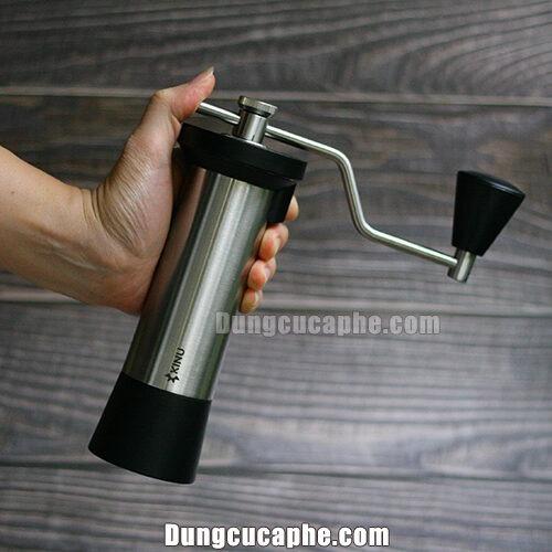 Trên tay là máy xay tay cà phê Kinu M47 Simplicity