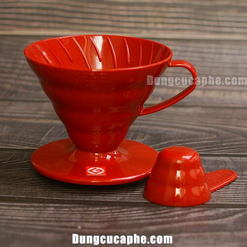 Trong bộ kit drip của Hario là phễu nhựa màu đỏ đồng bộ với bình đựng