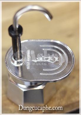 Vị trí kê tách ngay dưới vòi Espresso