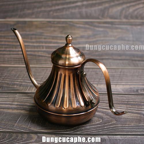 Với thiết kế kiểu dáng cổ điển ấm rót cà phê mạ đồng có thể trưng bày ở quán cafe